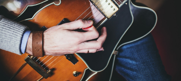 How to Hold a Guitar Pick Properly: A Guide for Beginners